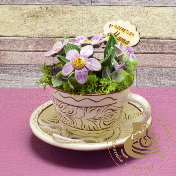 Karcolt kapucsínós bögre alátéttel, kerámiavirággal díszítve - asztaldísz